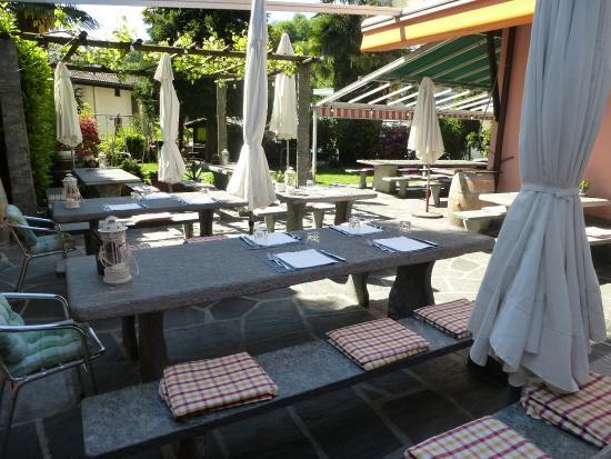 RISTORANTE CENTRALE: terrazza con tavoli in granito