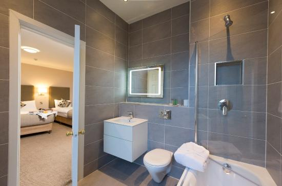 Sandymount Hotel: Premium Bathroom
