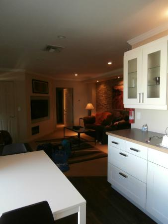 Suites on 10th: Spacious Room