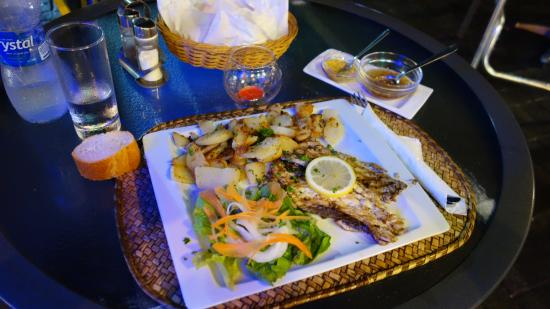 Ric& Cath'snack : Grilled fish with roasted potato and salad