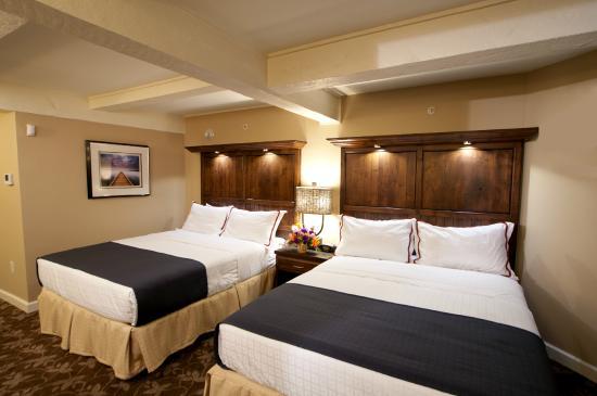 Delavan, WI: Lakewood Double Queen Guest Room