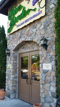 Olive garden entrance picture of olive garden concord tripadvisor for Does olive garden do reservations