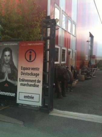 Le Jardin Zen: view of the entrance to the warehouse