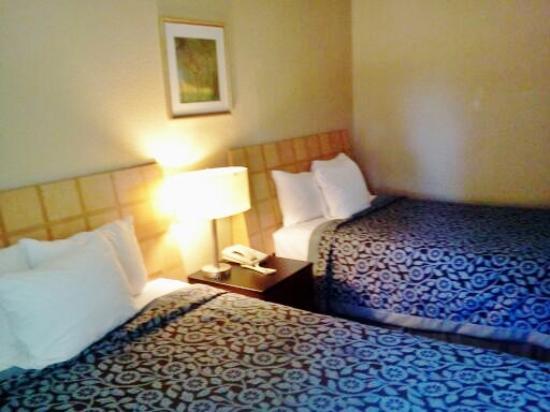 Days Inn & Suites Morganton: room on first floor