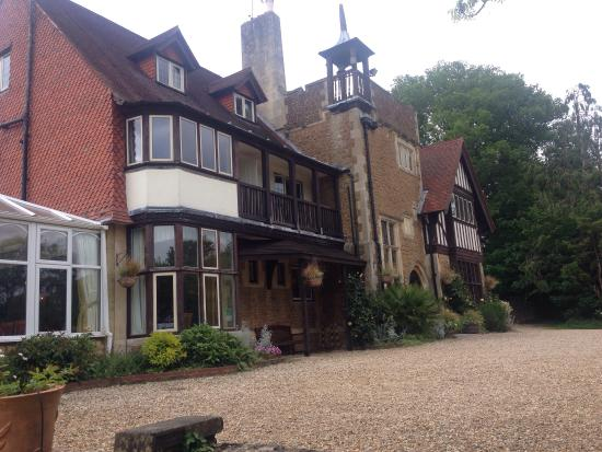 "Farnham House Hotel : If this hotel doesn't scream ""English country charm"" then nothing will. It looks like a setting"