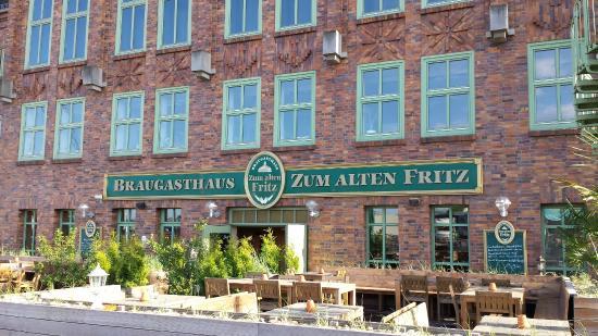 Braugasthaus Zum alten Fritz: Frontansicht mit Terrasse