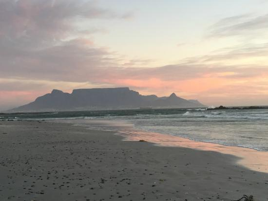 Cape Town Seamore Express Tours and Guesthouse: Table Mountain at sunset from neighboring beach
