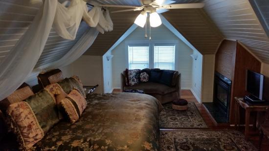 McGinnis Cottage Bed & Breakfast: Queen's Loft Bedroom