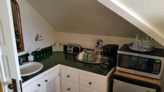 McGinnis Cottage Bed & Breakfast: Sink area