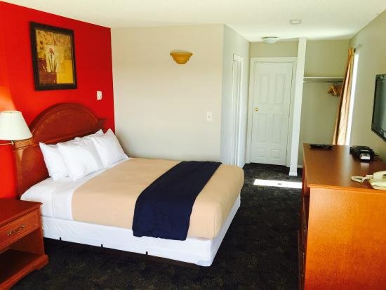 Econo Lodge Inn & Suites Drumheller: Single Room with Queen Size Bed