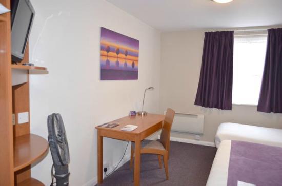Premier Inn Gravesend Central Hotel : room 24 shot 3