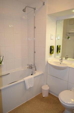 Premier Inn Gravesend Central Hotel : Bathroom room 24
