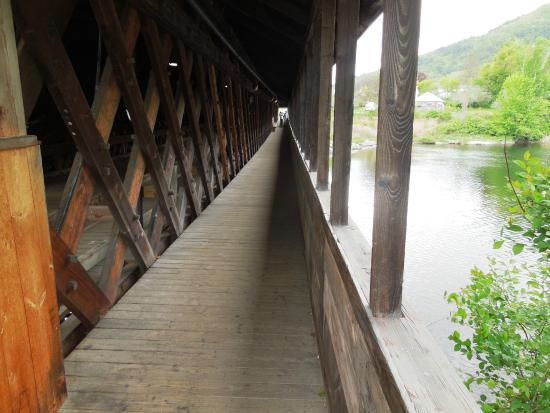 Woodsville, Nueva Hampshire: walkway on side of bridge