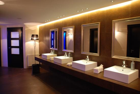 Restrooms 2 photo de kolizeras restaurant mycenae for Restroom design restaurant
