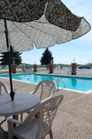 Grant Hills Motel: Our heated outdoor pool is open seasonally.