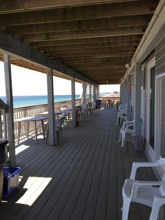 Sandcastle Beachfront Inn : Patio overlooking ocean