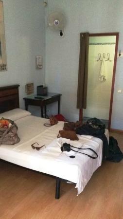 Hostal Central Barcelona: Vue sur lit et salle de bain