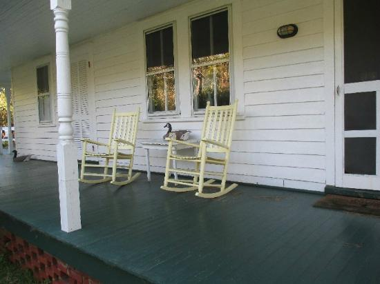 Crews Inn B&B: front porch