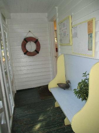 Crews Inn B&B: Back porch
