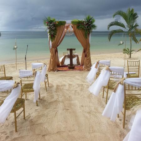 Le Lagoto Resort & Spa: Wedding setup on the beach