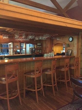 Highland Lake Inn & Resort Hendersonville: Bar at Seasons Restaurant on property