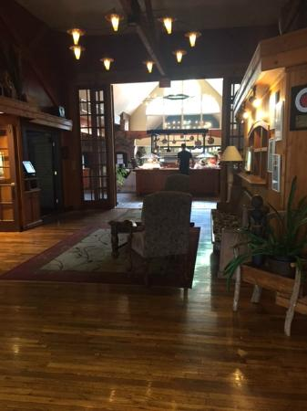 Highland Lake Inn & Resort Hendersonville: Seasons Restaurant - looking toward breakfast buffet