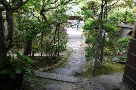 Shiga Naoya Former House: 玄関から門の方を写した画像です