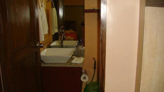 Seabird International Resort: the bathroom