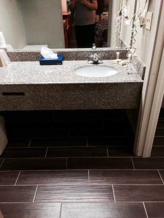Super 8 Pensacola N.A.S. Corry: Room 205 vanity area