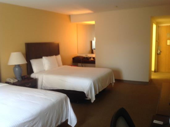 Airtel Plaza Hotel: This room was spacious,  The beds were large and comfortable. No spots or stains on linens. Room