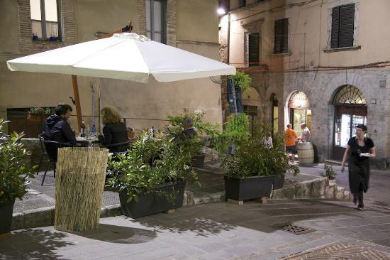 Posti a sedere all 39 aperto picture of camino garibaldi for Camino all aperto progetta i piani