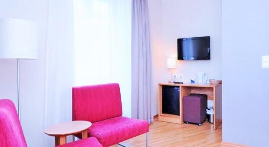 Globus Hotel: Greit og nyoppusset rom, men æ ville ønske å se tv i fra sengen.