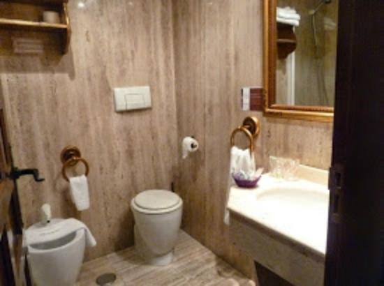 Microtel Placentinos : Baño completo, con bañera