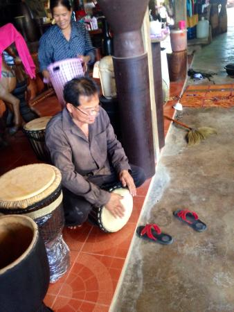 Pa Mok, Thailand: Lovely family who makes their own drums