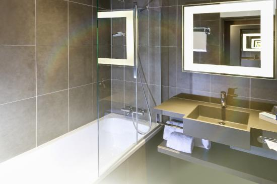 salle de bain avec baignoire photo de novotel lille aeroport lesquin tripadvisor. Black Bedroom Furniture Sets. Home Design Ideas