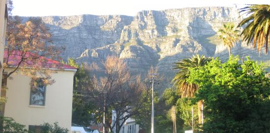 Mountain Manor Backpackers Lodge : The view against Table Mountain