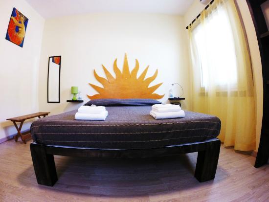 Camera da letto matrimoniale gialla con bagno - Foto di B&B San ...