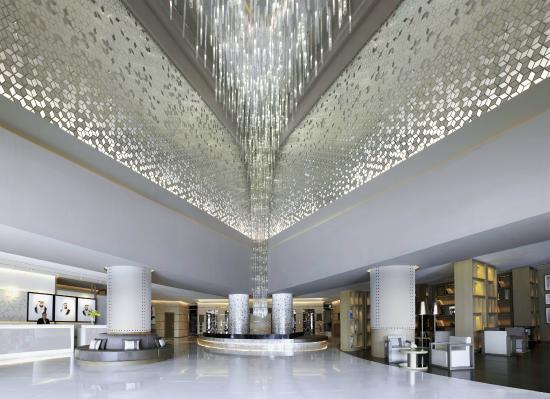 Fairmont Dubai: Lobby and chandelier