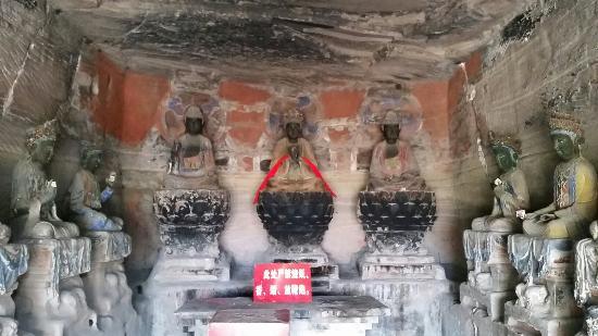 Anyue Stone Carvings : 重慶からバスで4時間、安岳の町からはタクシーで8元で着きます。帰りはタクシーがつかまらず、20分くらい歩きます。町では日本人に初めて会ったと言われてました。