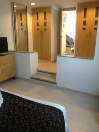 camera da letto, con particolare armadi - Picture of Hotel Riu La ...