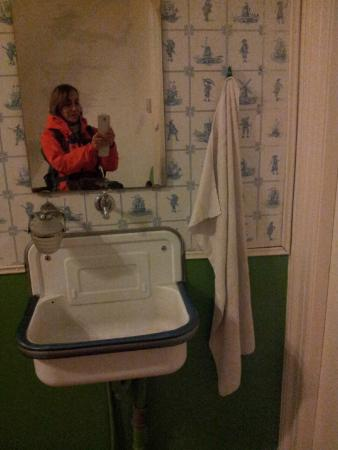 Hotel Pax: 2 kat arasında ortak kullanıma açık lavabo. Çok eski ve yanında devamlı pis bir havlu var