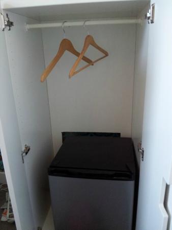 Hotel Pax: Giysi dolabı ve içindeki minibar.