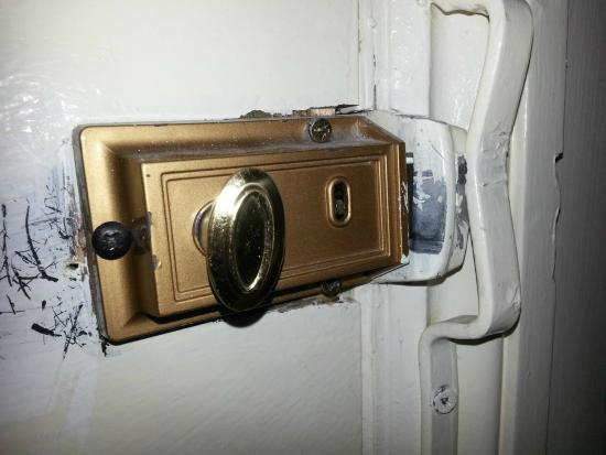 Queens Drive Hotel: The latch on our door