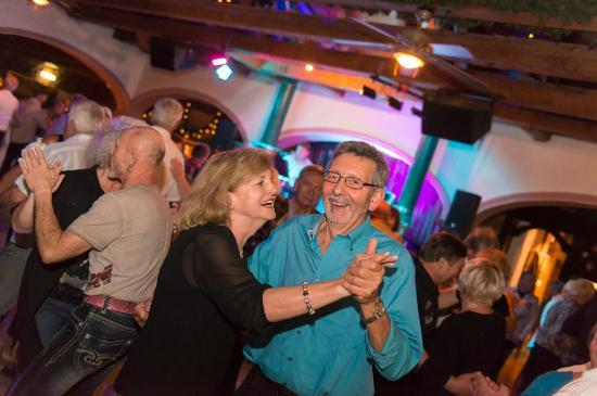 Haslinger Hof - Erlebnispark & Gastronomie: Stimmung im Tanzstadl