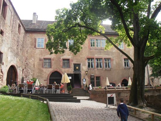 Brunch im Schloss Heidelberg Blick v. außen 3 Fenster mit Gardinen