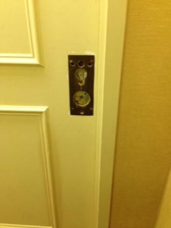 Four Points by Sheraton Richmond: missing door handles within the hallways