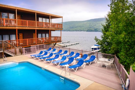 Lake Crest Inn: Lakefront Pool and Lakefront Building with King and Double Rooms