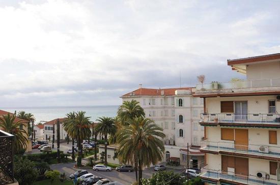 Seitlicher Blick zum Meer - Picture of Hotel Belsoggiorno, Sanremo ...