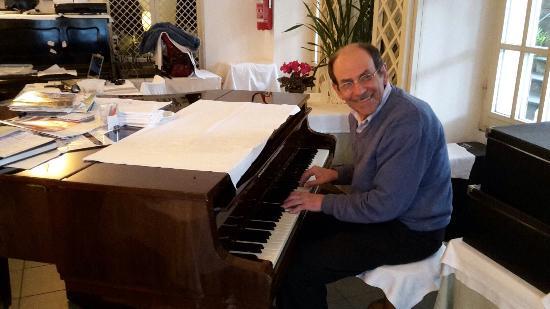 Albergo Ristorante Fioroni: Giuseppe achter zijn piano