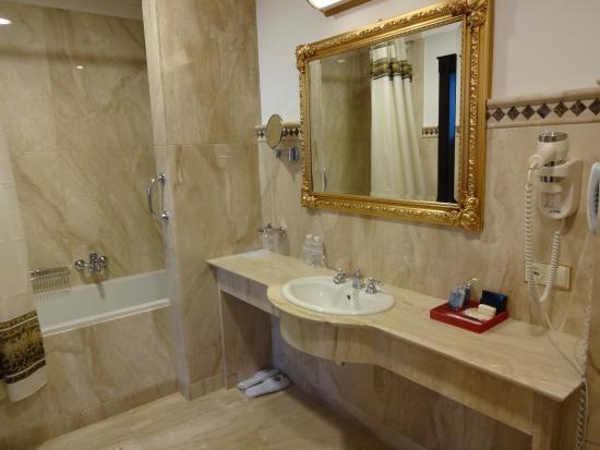 Axelhof Boutique Hotel: The first bathroom